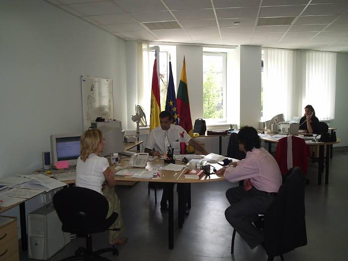 Santiago García-Noblejas con su equipo de trabajo en Lituania